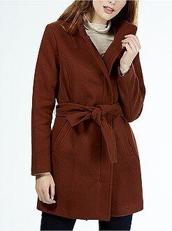 Abrigo de lana con cinturón y cuello alto