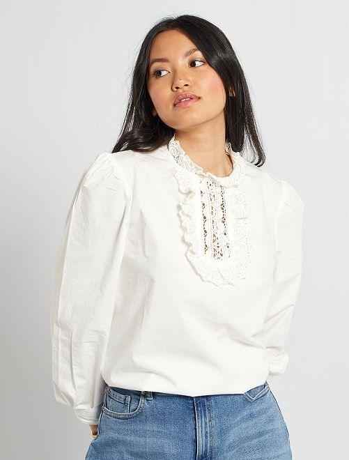 Blusa con cuello macramé                                                     blanco nieve
