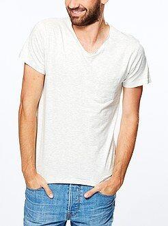 Camisetas beige - Camiseta ajustada con cuello de pico