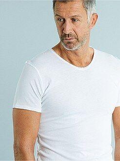 Hombre Camiseta ajustada de punto ligero con cuello de pico