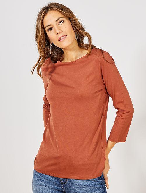 Camiseta básica con escote barco                                                                                                                             marrón