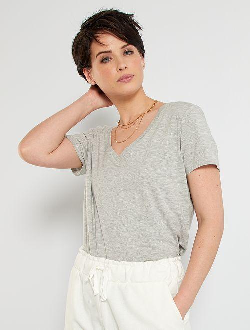 Camiseta con cuello de pico                                                                 GRIS
