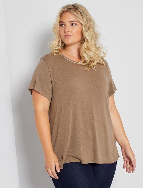 Camiseta con cuello dorado                             gris beige
