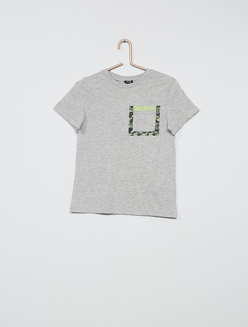 Camiseta con estampado de camuflaje                     GRIS
