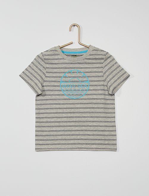 Camiseta con rayas y estampado                                         GRIS
