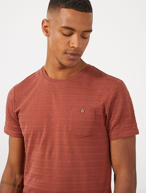 Camiseta con textura y bolsillo en el pecho                                         MARRON