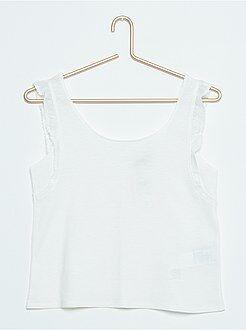 Camiseta corta sin mangas con volantes y botones traseros