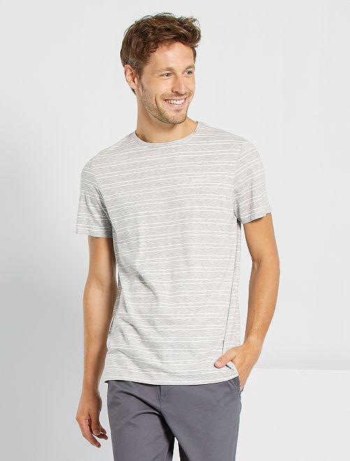 Camiseta de rayas y bordada                                         GRIS