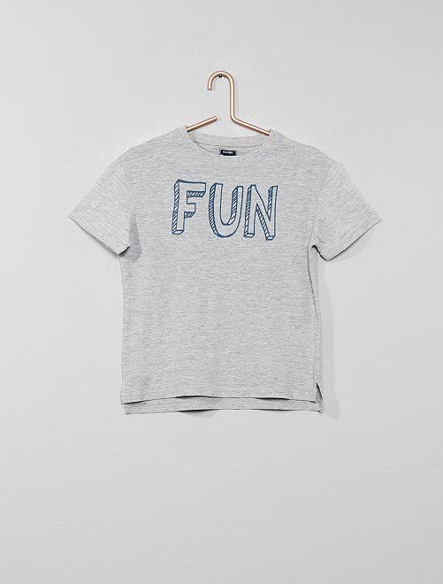 Camiseta estampada con relieve                                         GRIS