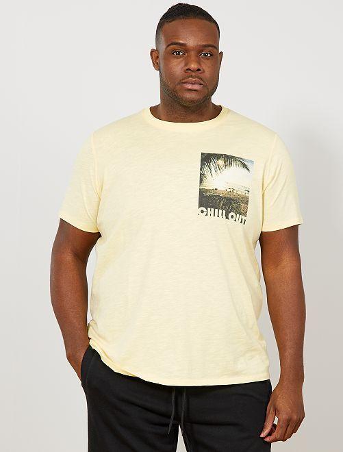 Camiseta regular con photoprint en el pecho                                         AMARILLO Tallas grandes hombre