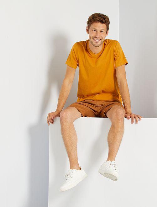 Camiseta regular de algodón con cuello de pico                                                                                                                                                                                                                                                     amarillo ocre