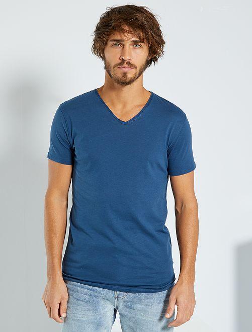 Camiseta slim fit de algodón lisa con cuello de pico                                                                                                     AZUL