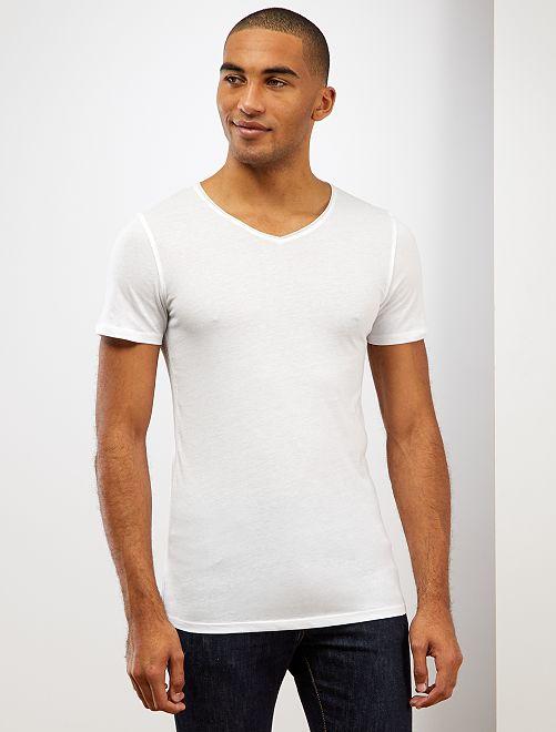 Camiseta slim fit de algodón lisa con cuello de pico                                                                             blanco