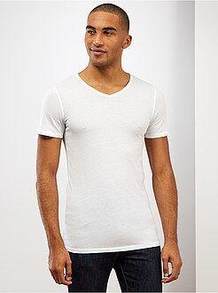 Camiseta slim fit de algodón lisa con cuello de pico - Kiabi