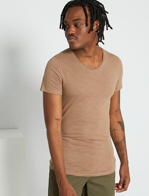Camiseta slim fit de algodón lisa con cuello de pico                                                                                                                 gris beige
