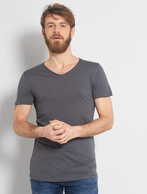 Camiseta slim fit de algodón lisa con cuello de pico                                                                                                                 GRIS