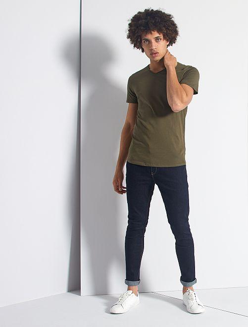 Camiseta slim fit de algodón lisa con cuello de pico                                                                                                     KAKI