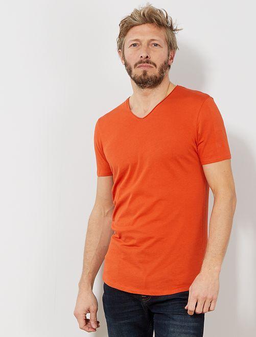 Camiseta slim fit de algodón lisa con cuello de pico                                                                                                                 naranja Hombre