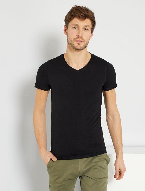 Camiseta slim fit de algodón lisa con cuello de pico                                                         negro