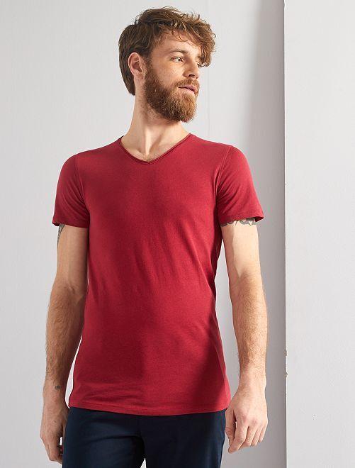 Camiseta slim fit de algodón lisa con cuello de pico                                                                                                                 rosa oscuro