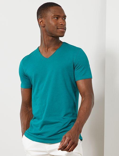 Camiseta slim fit de algodón lisa con cuello de pico                                                                             VERDE