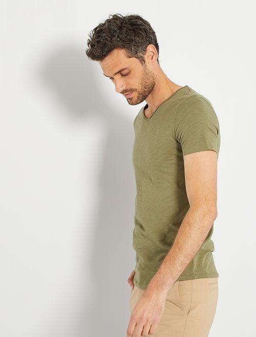 Camiseta slim fit de algodón lisa con cuello de pico                                                                             verde liquen