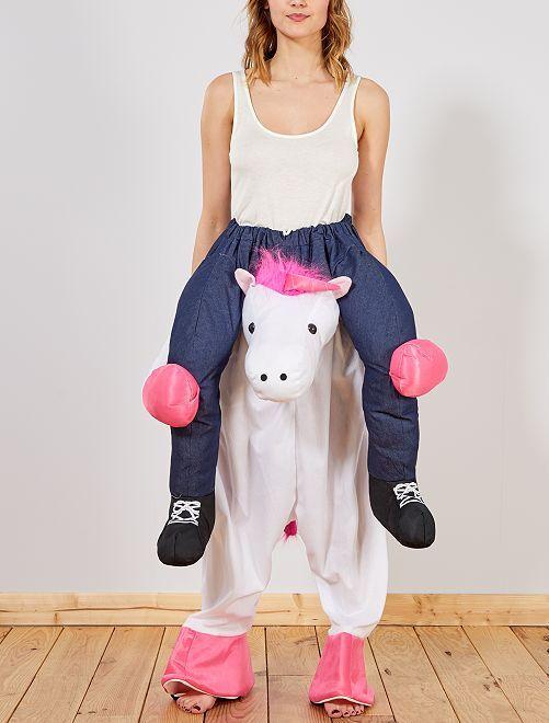 Disfraz de caballero sobre unicornio con efecto óptico                             rosa blanco