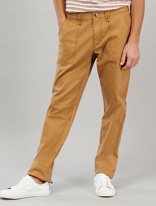 Pantalón chino con bolsillos de parche                             BEIGE