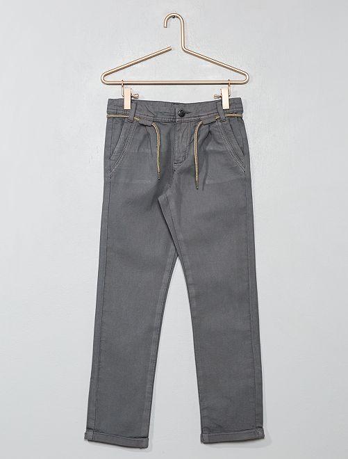 Pantalón chino con pinzas                                         gris Chico