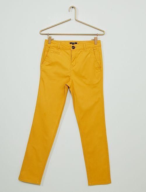 Pantalón chino de sarga                                                     AMARILLO