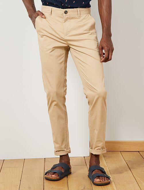 Pantalón chino de sarga de algodón elástica                                                                                                                                                                                                                 BEIGE