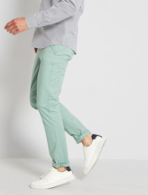 Pantalón chino de sarga de algodón elástica                                                                                                                                                                                                                                                                             verde gris