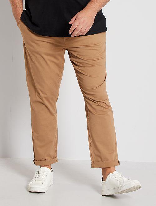 Pantalón chino de sarga elástico fitted                                                                             BEIGE