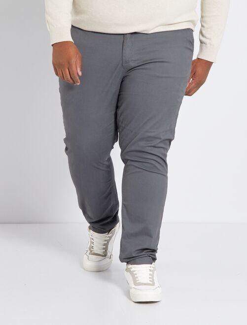 Pantalón chino de sarga elástico fitted                                                                                                     GRIS