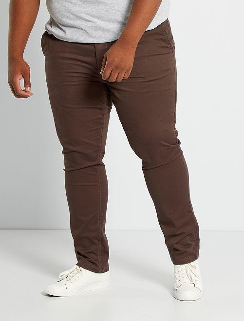 Pantalón chino de sarga elástico fitted                                                                                         marrón oscuro