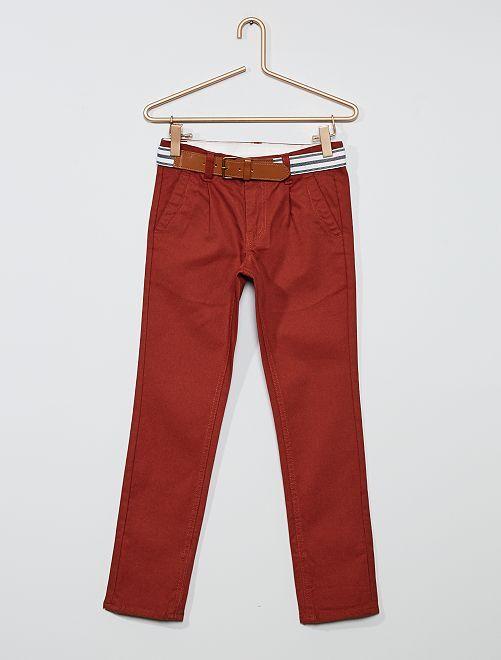 Pantalón chino slim + cinturón a rayas                     borgoña
