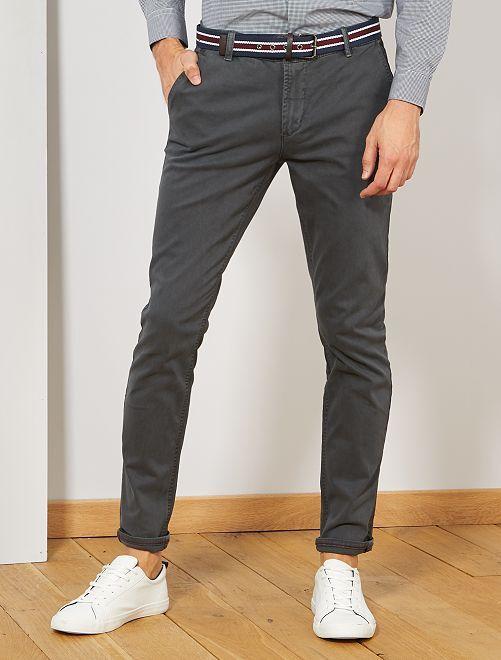 Pantalón chino slim + cinturón                     GRIS