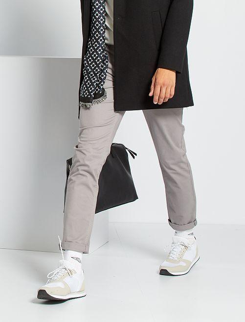 Pantalón chino slim                                                                                                                                                                                                                                                                                                                                                                 GRIS