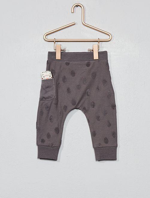 Pantalón con detalle geométrico                     GRIS