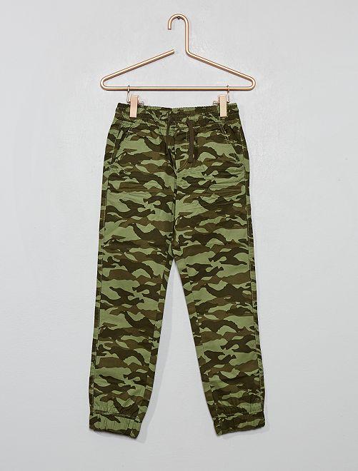 Pantalón con estampado de 'camuflaje'                                                     KAKI