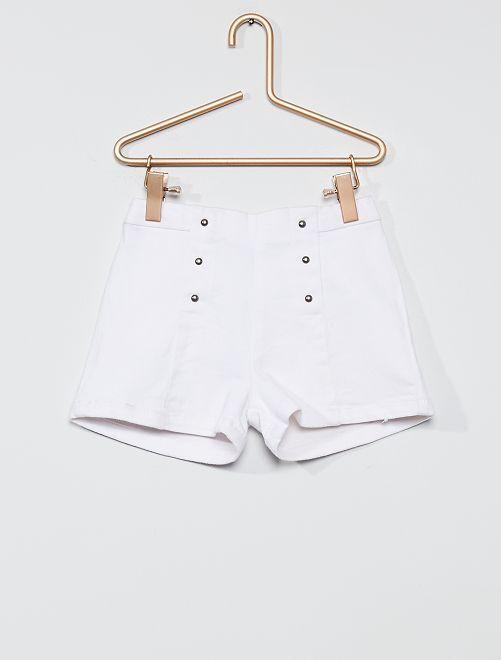Pantalón corto con remaches                             blanco