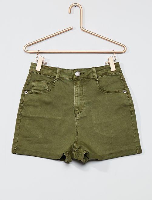 Pantalón corto de sarga de color                                                     verde liquen