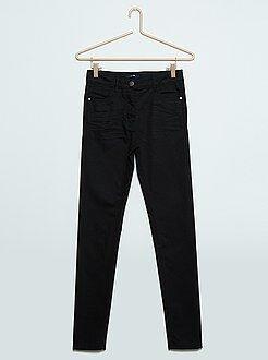 Pantalones - Pantalón skinny de sarga de color