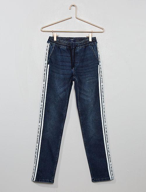 Pantalón slim con bandas estampadas                                         AZUL