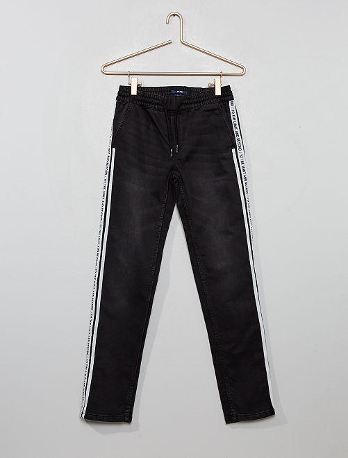 Pantalón slim con bandas estampadas                                         NEGRO