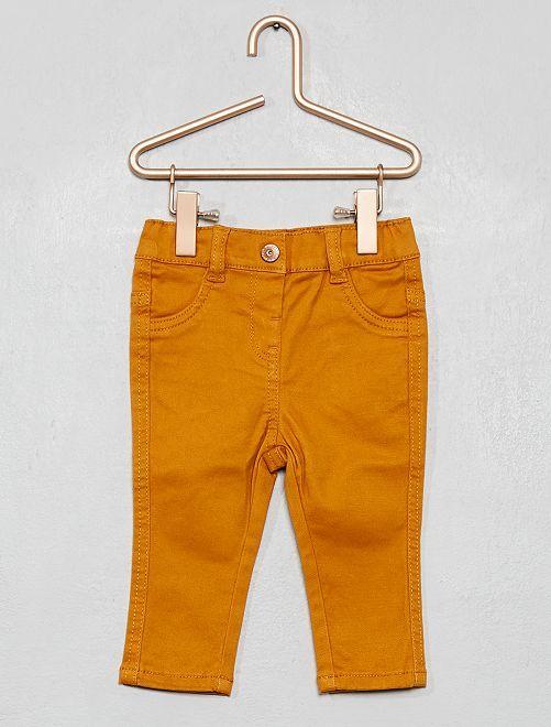 Pantalón slim de sarga elástico                                             AMARILLO