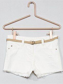 Pantalones cortos, short blanco - Pantalón vaquero corto destroy + cinturón - Kiabi