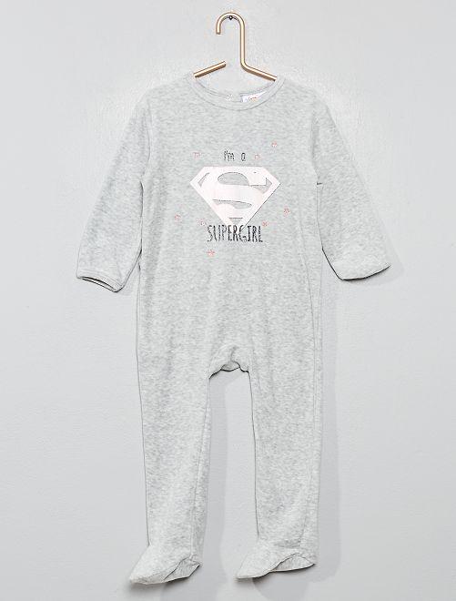Pijama de terciopelo 'Supergirl'                             GRIS