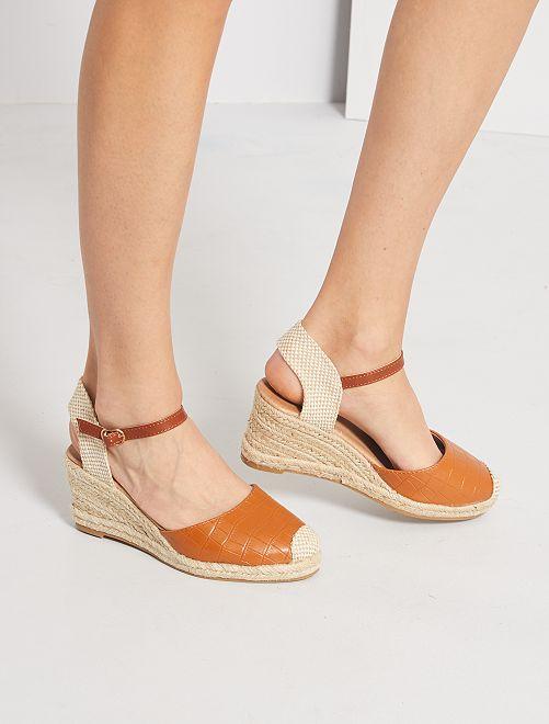 Sandalias con cuña efecto 'cocodrilo'                                         camello