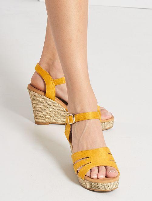 Sandalias de antelina con cuña                                         amarillo